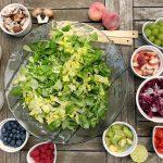 Salade eten in een restaurant in Noordwijk